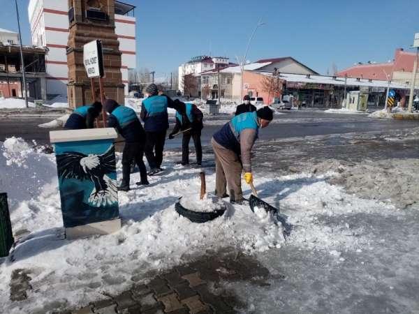 Çaldıran Belediyesi cadde ve sokakları buzdan arındırıyor