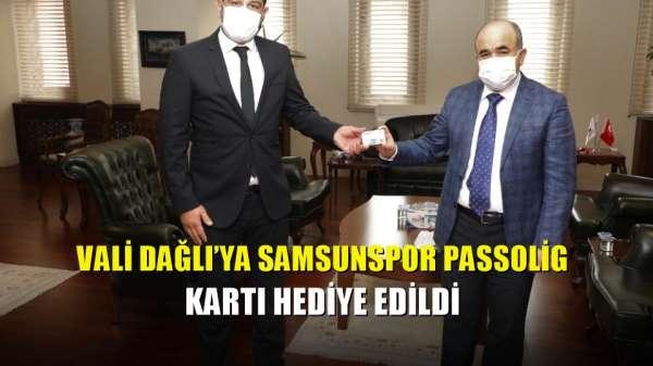 Vali Dağlı'ya Samsunspor Passolig kartı hediye edildi