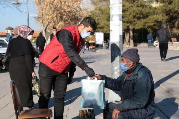 Aksaray Belediyesi seyyar esnaflara ikramlarda bulunuyor