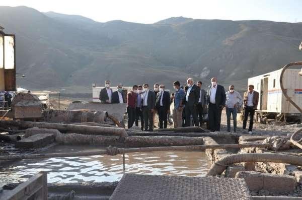 AK Parti heyeti Hakkari köylerine çıkarma yaptı