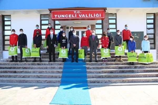 Tunceli Valisi Özkan, sporculara kayak takımı hediye etti