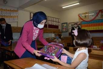 Akyurt Belediyesinden okula başlayan miniklere çanta