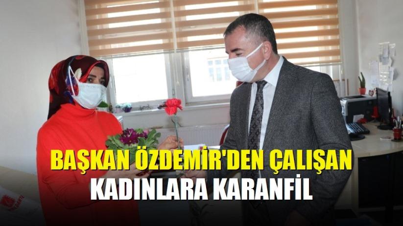 Başkan Özdemir'den çalışan kadınlara karanfil